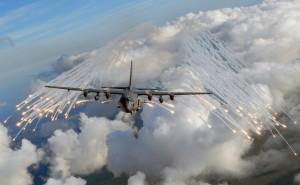 """Eine AC-130 U """"Spooky"""" des 4th Special Operations Squadron stößt am 20. August 2008 über Florida Täuschkörper ab, die im Ernstfall hitzesuchende Raketen täuschen sollen. Bild: U.S. Air Force/Senior Airman Julianne Showalter"""