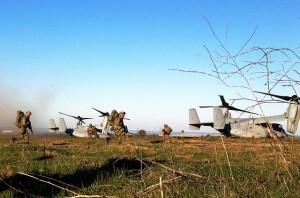 """Angehörige der Selbstverteidigungskräfte Japans trainieren am 13. Februar 2013 während der Übung """"Iron Fist 2013"""" auf dem Gelände von Camp Pendleton in Kalifornien. Im Hintergrund der MV-22B """"Osprey"""" der US-Marineinfanterie. Bild: U.S. Marine Corps/ Capt. Esteban Vickers. Bildlizenz"""