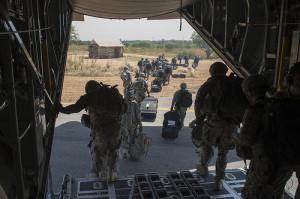 US-Soldaten verlassen eine C-130 der US-Luftwaffe am 18. Dezember 2013 in Juba, Südsudan. Bild: US-Department of Defense/by Tech. Sgt. Micah Theurich, U.S. Air Force/Released. Bildlizenz