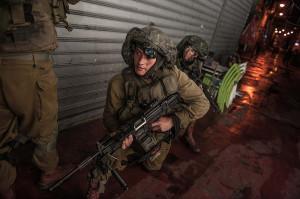 Fallschirmjäger der IDF Paratrooper Brigade bei einer Übung für den Kampf im urbanen Gelände am 5. März 2014 im Carmel Markt in Tel Aviv. Bild: Omri Samson, IDF spokesperson's Unit. Bildlizenz