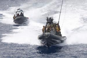 """Spezialeinsatzkräfte verschiedener Nationen auf einem Festrumpfschlauchboot der US-Marine während einer Übung am 5. Juni vor dem jordanischen Hafen Akaba als Teil der Übung """"Eager Lion 14"""". Bild: DoD photo by Sgt. Melissa Parrish, U.S. Army/Released Bildlizenz."""