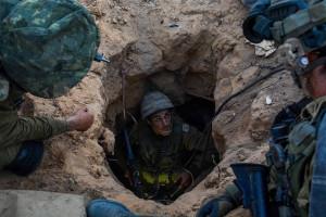 Ein israelischer Fallschirmjäger in einem Hamas-Tunnel am 20. Juli 2014. Bild: IDF. Bildlizenz.