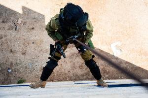 Die Anti-Terror-Einheit der IDF bei einer Übung im vergangenen Jahr. Übungsziel war es, Terroristen in einem mehrstöckigen Haus zu bekämpfen. Bild: Matan Portnoy, Tal Lisos & Amit Shechter, IDF Spokesperson Unit. Bildlizenz