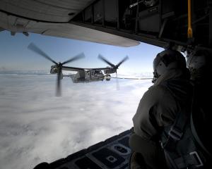 """Ein CV-22B """"Osprey"""" des 7th Special Operations Squadron wird am 21. Juni 2013 über der Küste von Grönland von einer MC-130H """"Combat Talon"""" aufgetankt. Auf dem Weg zu der Royal Air Force Basis in Mildenhall in Großbritannien legte das Flugzeug einen Zwischenstopp in Island ein. Die Maschine gehörte zu den ersten von 10 """"Ospreys"""" für den Ausbau der 352nd Special Operations Group. Bild: U.S. Air Force/Senior Airman Laura Yahemiak/Released. Bildlizenz"""