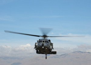"Ein HH-60G ""Pave Hawk"" vom 66th Rescue Squadron hebt bei einer Übung am 12. Januar 2015 von der Nellis Air Force Base in Nevada ab. Die 66th Rescue Squadron ist für Combat-Search-and-Rescue-Missionen ausgebildet. Bild: U.S. Air Force/Senior Airman Thomas Spangler/Released. Bildlizenz"