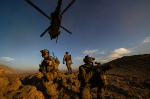 "Pararescuemen der 83rd Expeditionary Rescue Squadron beim Sichern der Landezone nach dem Absetzen durch einen HH-60 ""Pave Hawk"" bei einer Mission in Afghanistan am 7. November 2012. Bild: U.S. Air Force/Staff Sgt. Jonathan Snyder Bildlizenz."