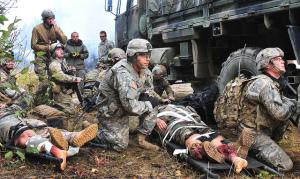 US-Luftwaffen Pararescuemen vom 212th Rescue Squadron zusammen mit Angehörigen des US-Heeres (Baker Company, 3rd Platoon, 509th Infantry Regiment (Airborne)) bei einer Übung auf der Basis Elmendorf-Richardson am 21. September 2011 in Alaska. Das Übungsziel war die schnelle Erstversorgung während eines Feuergefechts. Die Heeressoldaten sollten trainieren, wie sie sich bei der Ankunft der Pararescuemen zu verhalten hätten. Bild: U.S. Air Force/Staff Sgt. Zachary Wolf. Bildlizenz.