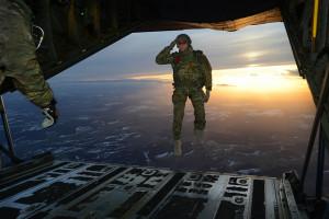 Ein US-Soldat des 1. Bataillons der 10. Special Forces Group (Airborne) grüßt am 24. Februar 2015 seine Kameraden beim Absprung au seiner C-130 über der Absprungzone in Deutschland. Bild: U.S. Army/Visual Information Specialist Jason Johnston/Released. Bildlizenz