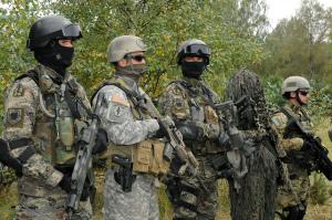 Spezialeinsatzkräfte zu Beginn der Übung Jackal Stone 2010 in Polen. Das Bild zeigt Kräfte aus Kroatien (erste und dritte Persone v. l.), aus Polen (erster und zweiter v.r.) und den USA. Bild: U.S. Army/Master Sgt. Donald Sparks. Bildlizenz