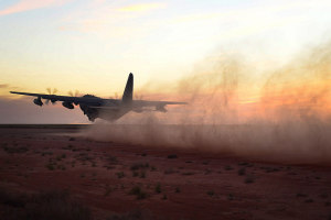 """Eine MC-130J """"Commando II"""" beim Start am 2. April 2015 auf dem Flugfeld Melrose der US-Luftwaffe. Dabei trainierte die Besatzung die Fähigkeiten, in abgelegenen Gebieten zu starten bzw. zu landen. Bild: U.S. Air Force/Airman 1st Class Shelby Kay-Fantozzi/Released Bildlizenz Die """"Commando II"""" fliegt in erster Linie bei verdeckten Operationen in niedriger Höhe und bei geringer Sicht zum Zwecke der Betankung von Hubschraubern und dem Osprey bei Spezialoperationen. Aber auch der Abwurf von Nachschubgütern für Spezialeinsatzkräfte und das Starten/Landen in Krisenregionen sowie im feindlichen Hinterland gehörten zu den Fähigkeiten des Flugzeuges und seinen Besatzungen. Auch für Einsätze für die Evakuierung von Nicht-Kombattanten kann sie somit eingesetzt werden."""