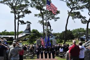 """Eine Ehrengarde verlässt bei der Gedenkzeremonie am 24. April 2015 die Gedenkstätte für die Operation """"Eagle Claw"""" auf dem Stützpunkt Hurlburt Field in Florida. Bild: U.S. Air Force/Staff Sgt. Melanie Holochwost"""