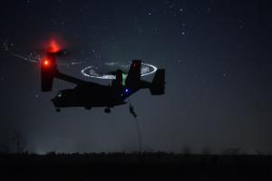 """Bei der Übung """"Emerald Warrior 2015"""" seilen sich am 21. April 2015 in der Nähe von Hurlburt Field, Florida, Combat Controller des 21st Special Tactics Squadron im Fastrope-Verfahren von einem CV-22 """"Osprey"""" ab. Bild: U.S. Air Force/Staff Sgt. Jonathan Snyder/Released. Bildlizenz"""