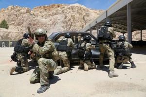 Ein Green Beret der 3rd Special Forces Group (Airborne) sichert jordanischen Spezialeinsatzkräfte beim Beschießen eines Zieles auf einer Schießanlage in Jordanien. Die Übung war Teil von Eager Lion 2015. Bild: U.S. Army/Sgt. Edward French IV – Facebook.