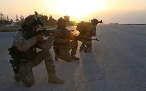 Ein Green Beret der 3rd Special Forces Group (Airborne) führt zwei Angehörige der jordanischen Spezialeinsatzkräfte durch einen Probedurchlauf für eine Nachtoperation im Rahmen von Eager Lion 2015 in Jordanien. Bild: U.S. Army/Sgt. Edward French IV – Facebook