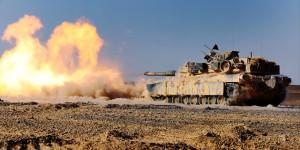 Ein M1 A1 Abrams Kampfpanzer der 24th Marine Expeditionary Unit feuert im scharfen Schuss am 9. Mai in Jordanien. Bild: U.S. Marine Corps photo by Sgt. Devin Nichols/Released Bildlizenz.