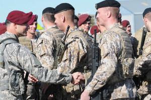 Soldaten der 173. Luftlande-Brigade der US-Streitkräfte in Europa treffen lettische Soldaten bei der Eröffnungszeremonie einer Übung am 24. April 2015 in Lettland. Die Fallschirmjäger sind Teil eines Kontingents in Kompanie-Größe, die in den nächsten Wochen an Übungen in den baltischen Staaten und in Polen teilnehmen. Bild: U.S. Army/Sgt. Daniel Cole Bildlizenz