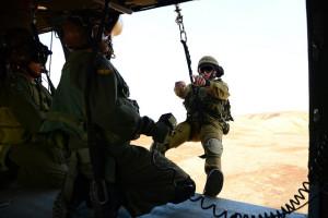 Elite-Soldaten beim Besteigen des Hubschraubers während einer Übung. Die Airborne Rescue and Evacuation Unit 699 kann jede Herausforderung meistern, von schwierigen Landungen bis zu Spezial-Rettungsmissionen.  Bild: IDF/ Pvt. Alexi Rosenfeld, IDF Spokesperson's Unit Bildlizenz