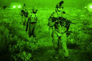 U.S. Army Pfc. Andrew Crotts (Vordergrund) auf Patrouille mit der Nationalpolizei Afghanistans in der Nähe der Tarnak Farmen in Afghanistan am 15. September 2014. Pfc. Crotts ist Fernmelder (4th Infantry Division D Kompanie, 1. Bataillon, 12th Infantry Regiment, 4th Infantry Brigade Combat Team). Die gemischten Patroillen dienen der Nachrichtensammlung zur Sicherheitsunterstützung in dieser Region. Bild: DoD