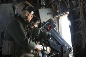 Foto-Aufklärung: U.S. Marine Corps 1st. Lt. John Moore (Vordergrund) bereitet sich am 2. April 2014 bei einer Aufklärungsmission über der Provinz Helmand (Afghanistan) darauf vor, Fotos zu machen. Er ist Nachrichtenoffizier und luftgestützter Beobachter der Heavy Helicopter Squadron 466. Bild: DoD