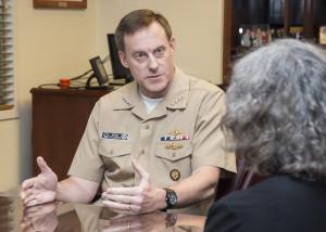Admiral Mike Rogers, Kommandeur des US Cyber Commands und Direktor der National Security Agency, im Gespräch mit einem Nachrichtenreporter des Department of Defense (DoD) im NSA-Hauptquartier in Forde Meade, Md., am 14. August 2014. Bild: DoD