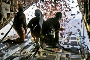 Flugblätter: U.S. Marine Corps Cpl. Jameson Dudley (links) und U.S. Army Sgt. Nijoku Odom (rechts; Nachrichtenwesen-Analyst der 303rd Psychological Operations Company) werfen am 28. August 2013aus seiner KC-130 Super Hercules über Süd-Afghanistan Flugblätter ab. Die Flugblätter dienen der Einsatzunterstützung, um den Einfluss der Aufständischen zu bekämpfen. Bild: DoD
