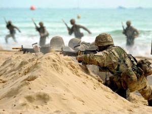 Royal Marines stürmen den Strand als Teil einer Publikumsvorführung beim Bournemouth Air Festival 2015. Bild: POA(Phot) Paul A'Barrow. Bildlizenz