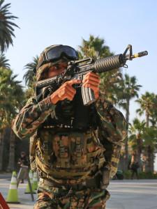 """Ein Marineinfanterist Mexikos sichert seine Kameraden bei einer Patrouille an der Küste von San Onofre am 5.9.2015 im Rahmen der Übung """"Dawn Blitz 2015"""". Bild: US-Streitkräfte/LCpl Devan Gowans"""