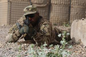 U.S. Army Staff Sgt. Mitchell Tull II sichert bei Feindkontakt im Rahmen einer Übung im Irak am 10. April 2015. Tull gehört als Kommunikations- und Elektronik-Spezialist zur 82. Sustainment Brigade, die die irakischen Streitkräfte bei Logistik-Operationen unterstützt. Bild: Army/Capt. Adrian S. Taylor