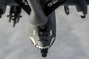 Eine A-10 Thunderbolt II wird am 6. Januar 2016 im Rahmen der Operation Inherent Resolve über der Türkei von einem KC-135 Stratotanker betankt. Bild: U.S. Air Force/Staff Sgt. Corey Hook