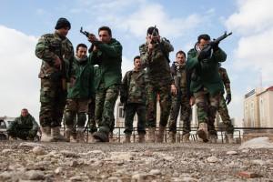 """Peschmerga-Soldaten trainieren taktisches Bewegen und das Säubern von Gebäuden auf einem Ausbildungsgelände in der Nähe von Irbil, Irak, am 26. Januar 2016. Die Peschmergas durchlaufen sechs Wochen lange eine infanteristische Grundausbildung, um mit diesem taktischen Wissen im Kampf gegen den Islamischen Staat im Irak und in Syrien besser bestehen zu können. Zur sog. """"Combined Joint Task Force Operation Inherent Resolve"""" gehören sechs Ausbildungsstätten: vier für die allgemeine Ausbildung, zwei für das spezialisierte Training. Bild: US Army/ Spc. Jessica Hurst"""