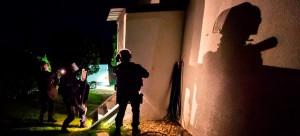 Nachtübung einer PI2G-Einheit der Gendarmerie im Jahr 2014. PI2G steht für Peloton d'intervention interrégional de gendarmerie, also Interventionseinheiten der Gendarmerie in Zugstärke, die überregional einsetzbar sind. Die erste Einheit PI2G wurde 2004 in Toulouse gegründet. Bild: Gendarmerie nationale/Facebook