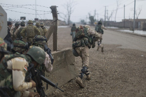 2.Irakische Soldaten der 71. Brigade des Heeres rücken näher an ein Ziel heran, suchen Deckung während einer Übung im Lager Taji im Irak am 18. November 2015. Die Ausbildung ist Teil der der Combined Joint Task Force – Operation Inherent Resolve, einer Koalitionn aus 60 Nationen im Kampf gegen den Islamischen Staat. Bild: US DoD/U.S. Army/Spc. William Marlow/Released