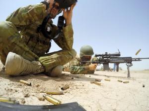"""Ein irakischer Soldat feuert am 17. Juli 2016 im Lager Taji ein M14-Scharfschützengewehr ab während ein australischer Soldat als """"Spotter"""" assistiert. Die Fähigkeit zur präzisen Schussabgabe erhöht die taktischen Fähigkeiten der irakischen Soldaten. Die Ausbildung ist Teil der Combined Joint Task Force – Operation Inherent Resolve. Bild: U.S. Army Sgt. Joshua E. Powell"""