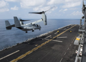 Eine MV-22B Osprey startet am 3. Februar vom Deck des Docklandungsschiffes USS Makin Island. Das Schiff führt die Makin Island Amphibious Ready Group der 5. US-Flotte. Bild: U.S. Navy/Mass Communication Specialist 3rd Class Devin M. Langer.